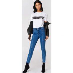 NA-KD Jeansy rurki z wysokim stanem - Blue. Niebieskie jeansy damskie rurki NA-KD, z podwyższonym stanem. W wyprzedaży za 113,37 zł.