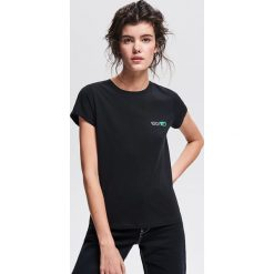 T-shirt z minimalistycznym nadrukiem - Czarny. Czarne t-shirty damskie Reserved, l, z nadrukiem. Za 19,99 zł.