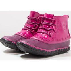 Sorel OUT N ABOUT Botki sznurowane deep blush/black. Czerwone buty zimowe damskie Sorel, z materiału, na sznurówki. W wyprzedaży za 179,50 zł.