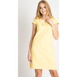 Żółta sukienka z kokardkami przy dekolcie QUIOSQUE. Żółte sukienki balowe marki QUIOSQUE, na co dzień, z tkaniny, z krótkim rękawem, mini, trapezowe. W wyprzedaży za 139,99 zł.