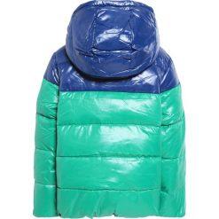 Benetton Kurtka puchowa green/dark blue. Zielone kurtki chłopięce zimowe marki Benetton, z materiału. W wyprzedaży za 195,30 zł.