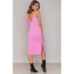 NA-KD Sukienka midi z asymetrycznymi ramionami - Pink. Szare sukienki asymetryczne marki Mohito, l, z asymetrycznym kołnierzem. W wyprzedaży za 40,19 zł.