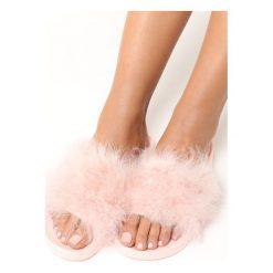 Różowe Klapki Plushie. Czerwone kapcie damskie marki Born2be, z materiału, na obcasie. Za 44,99 zł.
