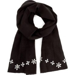 Szal GUESS - Not Coordinated Wool AW6815 WOL03  BLA. Czarne szaliki damskie Guess, z aplikacjami. W wyprzedaży za 189,00 zł.