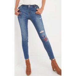 Jeansy skinny z haftem. Niebieskie jeansy damskie marki Orsay, z haftami, z bawełny. W wyprzedaży za 100,00 zł.