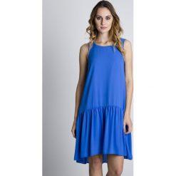 Sukienki hiszpanki: Niebieska oryginalna sukienka z falbaną u dołu BIALCON