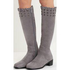 Ciemnoszare Kozaki Touch Starvation. Szare buty zimowe damskie marki Born2be, z okrągłym noskiem, przed kolano, na niskim obcasie, na płaskiej podeszwie. Za 149,99 zł.