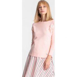 Jasnoróżowy Sweter Chapter One. Czerwone swetry klasyczne damskie marki other, na jesień, l. Za 79,99 zł.