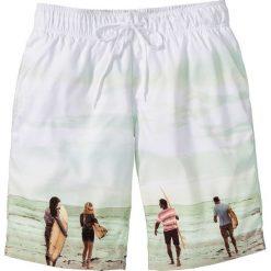 Bermudy plażowe Regular Fit bonprix biały z nadrukiem. Białe bermudy męskie bonprix, z nadrukiem. Za 37,99 zł.