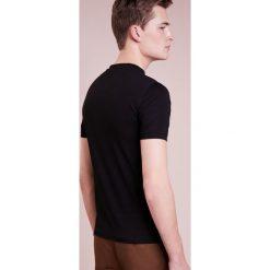 Emporio Armani Tshirt basic nero. Szare koszulki polo marki Emporio Armani, l, z bawełny, z kapturem. W wyprzedaży za 367,20 zł.