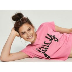 T-shirty damskie: T-shirt z perłową aplikacją – Różowy
