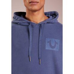 True Religion TAPE HOODY Bluza z kapturem solid navy. Niebieskie bejsbolówki męskie True Religion, m, z bawełny, z kapturem. Za 799,00 zł.