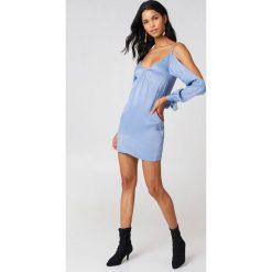 Sukienki hiszpanki: Rebecca Stella Sukienka Satynowa Open Shoulder – Blue