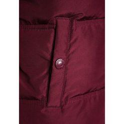 Abercrombie & Fitch COZY PUFFER Kurtka zimowa burg. Czerwone kurtki chłopięce zimowe Abercrombie & Fitch, z materiału. Za 409,00 zł.
