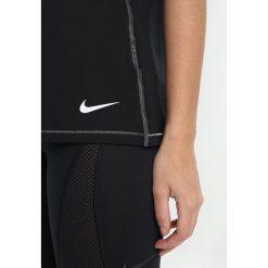 Nike Performance SWOOSH SELFIE Tshirt z nadrukiem black/white. Czarne topy sportowe damskie Nike Performance, xs, z nadrukiem, z elastanu. Za 139,00 zł.