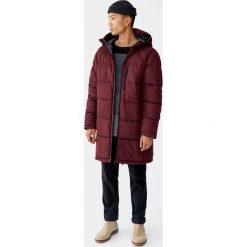 Długi pikowany płaszcz z kapturem. Czerwone płaszcze na zamek męskie Pull&Bear, m. Za 239,00 zł.