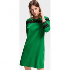 Sukienka z koronkową aplikacją - Zielony. Zielone sukienki koronkowe marki Reserved, z aplikacjami. Za 79,99 zł.
