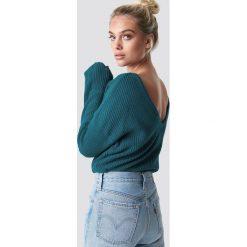 NA-KD Sweter z dzianiny z dekoltem V - Green. Zielone swetry klasyczne damskie NA-KD, z dzianiny. Za 121,95 zł.
