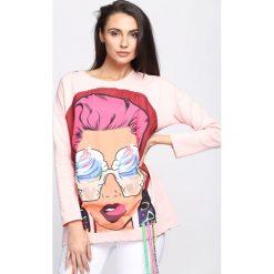Różowa Bluza Paramore. Czerwone bluzki z odkrytymi ramionami marki Born2be, uniwersalny, w kolorowe wzory, casualowe, z dekoltem na plecach. Za 54,99 zł.