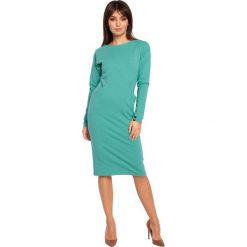FAREN Sukienka z dwiema kieszeniami i długimi rękawami - zielona. Zielone sukienki marki BE, l, z dresówki, klasyczne, z klasycznym kołnierzykiem, z długim rękawem, oversize. Za 129,00 zł.
