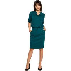 Zielona Sukienka w Sportowym Stylu z Niską Stójką. Niebieskie sukienki na komunię marki bonprix, w paski, z bawełny, z dekoltem w serek, moda ciążowa, plisowane. Za 129,90 zł.