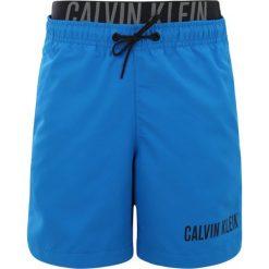 Calvin Klein Swimwear MEDIUM DOUBLE WAISTBAND Szorty kąpielowe electric blue lemonade. Niebieskie kąpielówki chłopięce Calvin Klein Swimwear, z materiału. Za 209,00 zł.