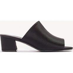 Chodaki damskie: NA-KD Shoes Satynowe klapki na niskim obcasie - Black