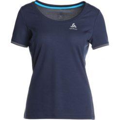 ODLO CREW NECK KUMANO FDRY Tshirt z nadrukiem diving navy. Niebieskie t-shirty damskie Odlo, s, z nadrukiem, z poliesteru. Za 169,00 zł.