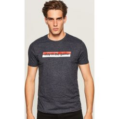 T-shirt Stay in the game - Granatowy. Niebieskie t-shirty męskie marki Reserved, l. Za 39,99 zł.