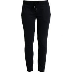 Juvia PLAIN JOGGER Spodnie treningowe black. Czarne bryczesy damskie Juvia, xs, z bawełny. Za 499,00 zł.
