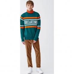 Bluza z panelem i napisem. Zielone bluzy męskie rozpinane Pull&Bear, m, z napisami. Za 99,90 zł.