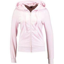 Juicy Couture ROBERTSON  Bluza rozpinana rose. Czerwone bluzy rozpinane damskie marki Juicy Couture, m, z bawełny. W wyprzedaży za 343,85 zł.