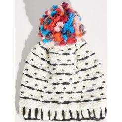 Czapka z kolorowym pomponem - Wielobarwn. Szare czapki zimowe damskie marki Sinsay, w kolorowe wzory. Za 24,99 zł.