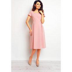 Pudrowa Klasyczna i Elegancka Sukienka Midi. Różowe sukienki balowe marki numoco, l, z dekoltem w łódkę, oversize. Za 139,90 zł.