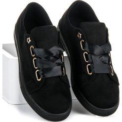 LISSETTE zamszowe trampki ze wstążką. Czarne tenisówki damskie Ideal Shoes, z zamszu. Za 89,90 zł.