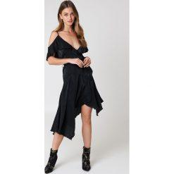 NA-KD Party Asymetryczna sukienka kopertowa z falbaną - Black. Szare sukienki asymetryczne marki Mohito, l, z asymetrycznym kołnierzem. Za 80,95 zł.