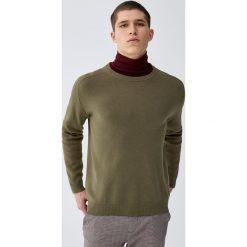 Sweter wykonany podwójnym ściegiem. Czarne swetry klasyczne męskie marki Pull&Bear, m. Za 109,00 zł.