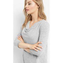 Dzianinowa koszulka basic. Szare t-shirty damskie Orsay, xs, z dzianiny, z asymetrycznym kołnierzem. Za 59,99 zł.