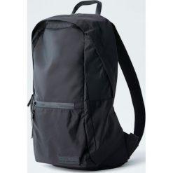 Czarny plecak z nylonu. Czarne plecaki męskie Pull&Bear, z nylonu. Za 109,00 zł.