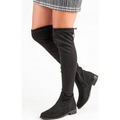 MUSZKIETERKI NA PŁASKIM OBCASIE. Szare buty zimowe damskie marki Born2be, z okrągłym noskiem, na niskim obcasie, na słupku. Za 149,00 zł.