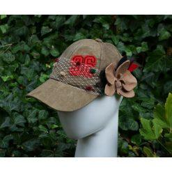 Czapka khaki. Brązowe czapki z daszkiem damskie marki Pakamera, z aplikacjami, z zamszu. Za 190,00 zł.