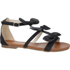 Czarne płaskie sandały z kokardkami z zakrytą piętą Casu K18X14/B. Czarne sandały damskie Casu, na płaskiej podeszwie. Za 39,99 zł.