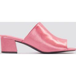 NA-KD Shoes Satynowe klapki na niskim obcasie - Pink. Różowe chodaki damskie NA-KD Shoes, z satyny, na niskim obcasie. W wyprzedaży za 76,98 zł.