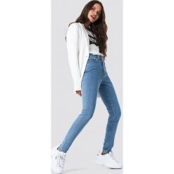 NA-KD Trend Jeansy slim z wysokim stanem - Blue. Białe jeansy damskie marki NA-KD Trend, z nadrukiem, z jersey, z okrągłym kołnierzem. Za 202,95 zł.