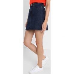 Calvin Klein Jeans SKIRT CONTRAST STITCH Spódnica trapezowa dark stone red stitching. Brązowe minispódniczki Calvin Klein Jeans, z bawełny, trapezowe. Za 449,00 zł.