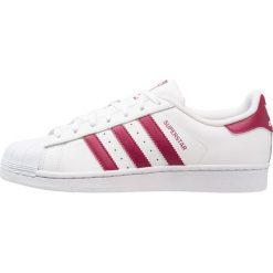 Adidas Originals SUPERSTAR Tenisówki i Trampki footwear white/mystery ruby. Białe tenisówki damskie marki adidas Originals, z materiału. W wyprzedaży za 319,20 zł.