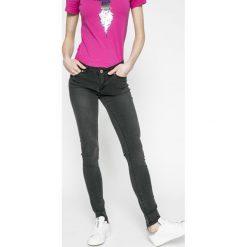 Noisy May - Jeansy Eve. Czarne jeansy damskie marki Noisy May, z bawełny, z obniżonym stanem. W wyprzedaży za 79,90 zł.