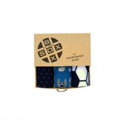 Box dla Zaskakujęcego Mężczyzny - Skarpetki. Brązowe skarpetki męskie Sox in the box, w kolorowe wzory, z bawełny. Za 80,00 zł.