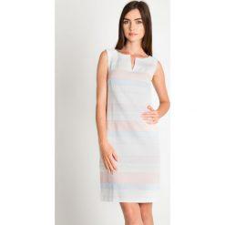Dopasowana sukienka w pastelowe pasy QUIOSQUE. Białe sukienki balowe marki QUIOSQUE, na spotkanie biznesowe, z lakierowanej skóry, z kopertowym dekoltem, z długim rękawem, dopasowane. W wyprzedaży za 99,99 zł.