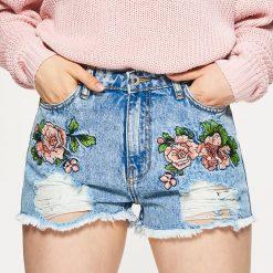 Szorty damskie: Jeansowe szorty z haftowanymi kwiatami - Niebieski